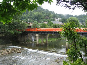 H18.9.13朝の赤い中橋.jpg